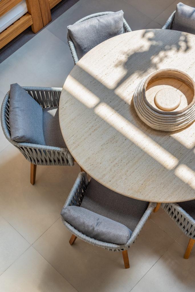 Uma imagem contendo no interior, mesa, cadeira, rosquinha  Descrição gerada automaticamente